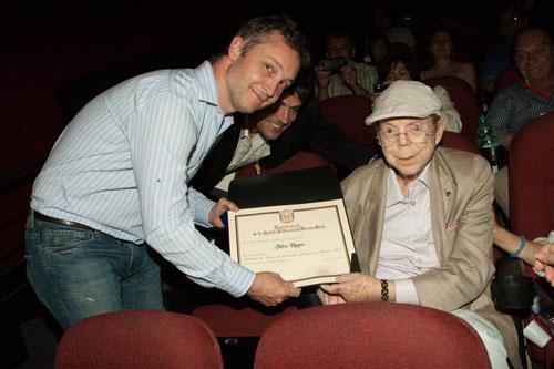 500 Fernando de Andreis presenting award to John-Roger